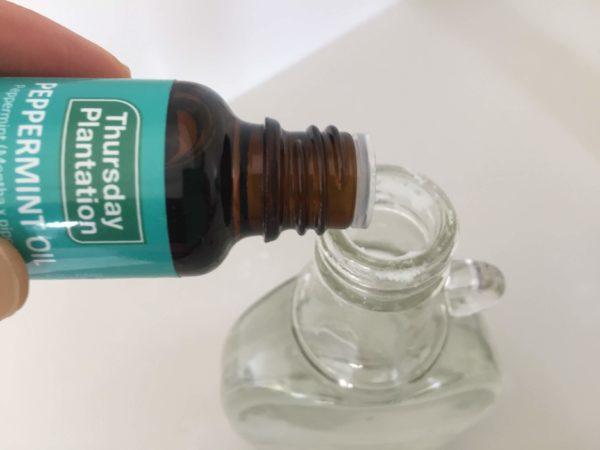 ペパーミントオイルをボトルに垂らす