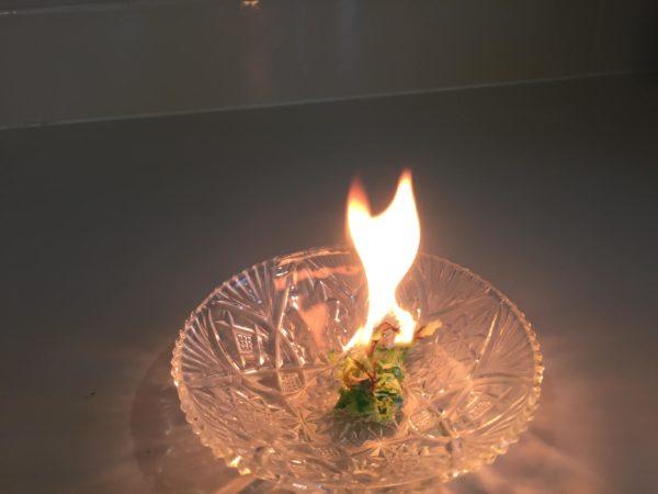 ミツロウラップに炎が上がる様子