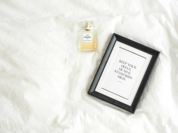 シャネルNo.5の香水と前向きな言葉を表すサイン