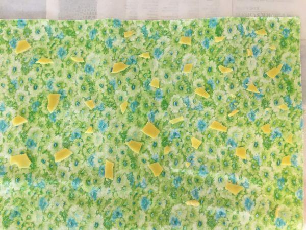 布の上にミツロウの粒が置かれている