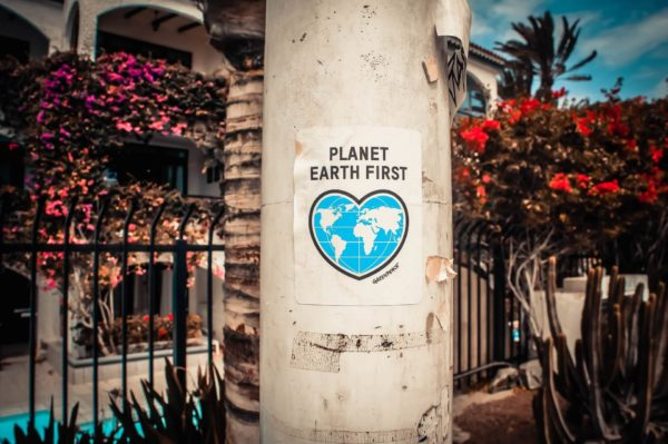 地球環境を考えようと書かれた看板