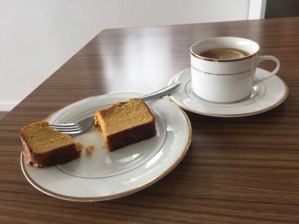 ケーキと紅茶がテーブルに並んでいる様子