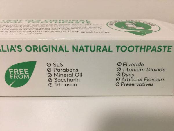 歯磨き粉の箱(歯磨き粉に使用されていない成分が記載されている)