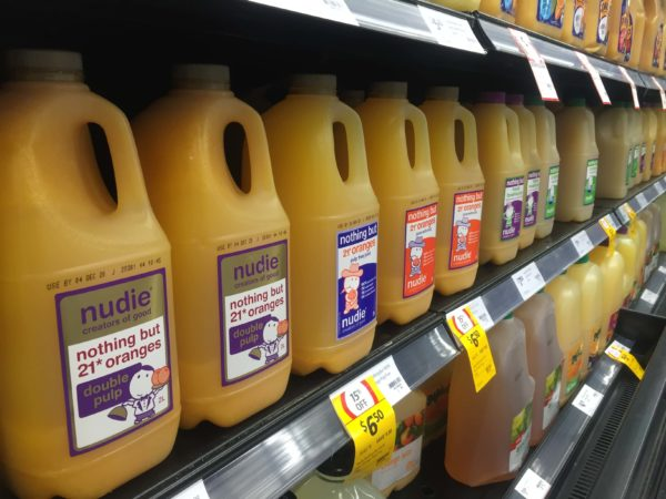 スーパーの棚に並ぶ果汁100%ジュース