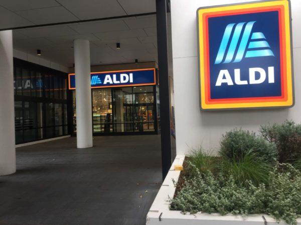 ALDIの入り口の看板