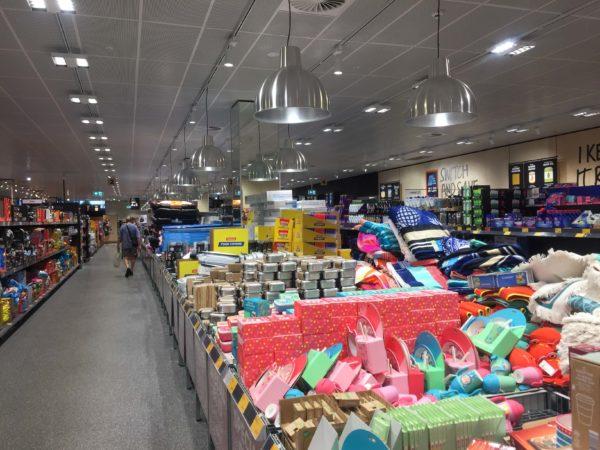 商品が店内に雑多に並べられている様子