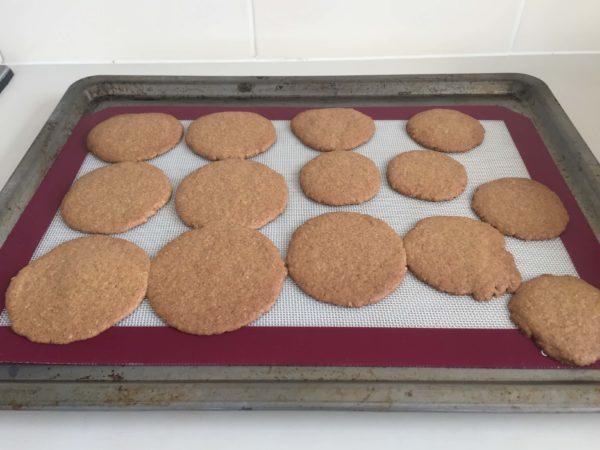 焼きあがってオーブンから出したクッキー