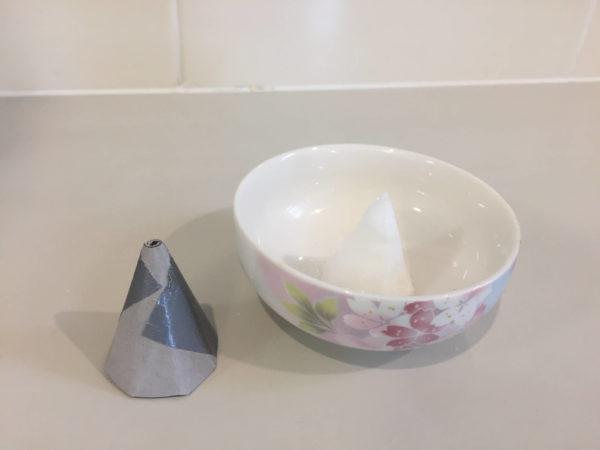 盛り塩用の型と器に盛られた盛り塩