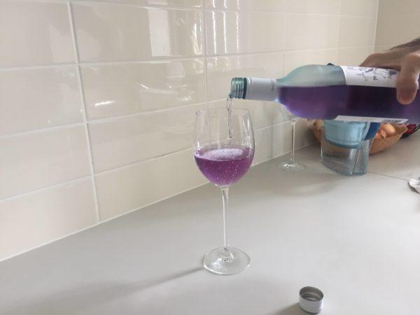 ワインをグラスに注ぐ様子