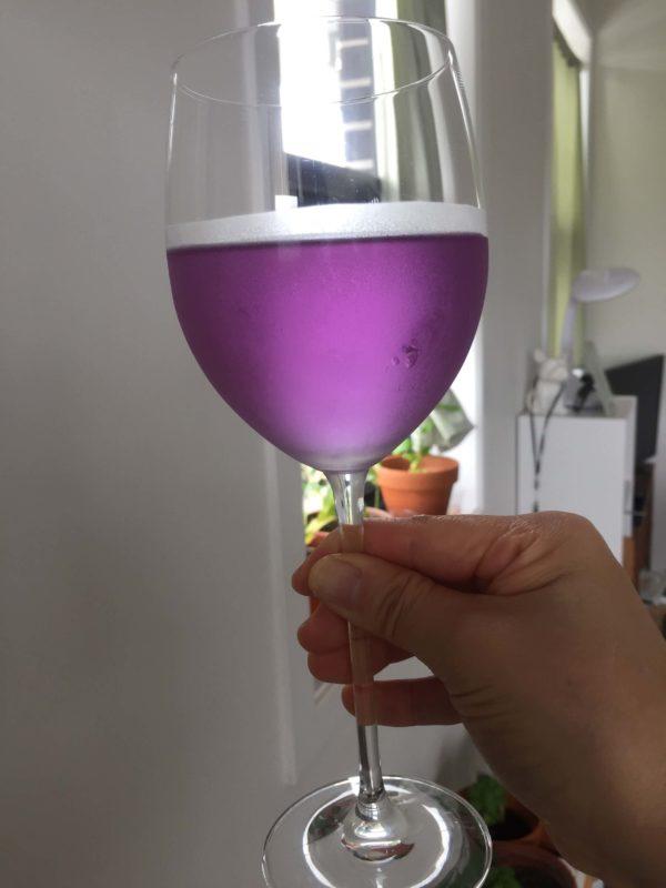 グラスに注がれた紫色のワイン