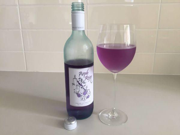 紫色のワインとグラス