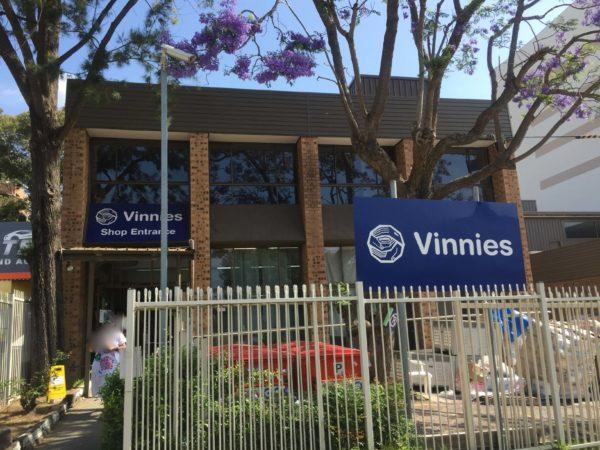 オーストラリアのチャリティーショップVinniesの入り口