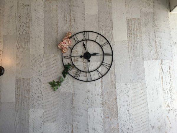 カフェ店内に飾ってある金属製の壁時計