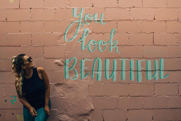壁にyou look beautifulの文字が書かれた様子