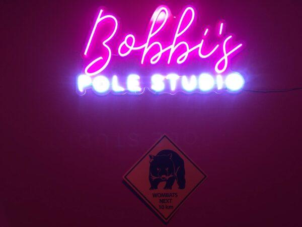 ポールスタジオのネオンサイン