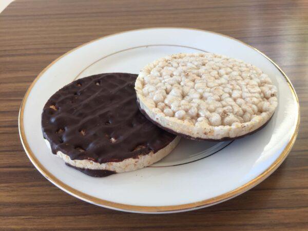 お皿の上にAldiのおすすめお菓子ライスダークチョコレートがのっている様子