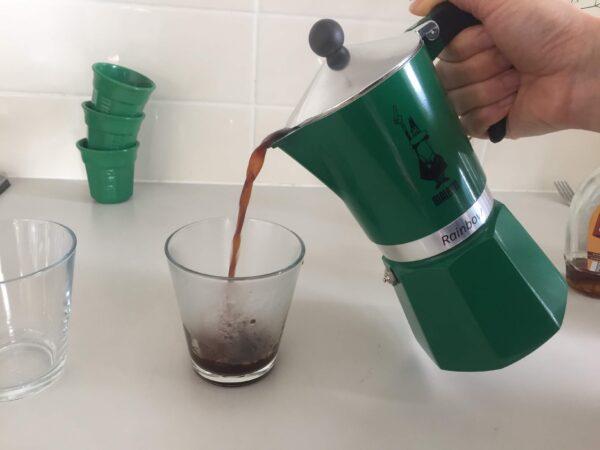 コーヒーをサーブしているところ