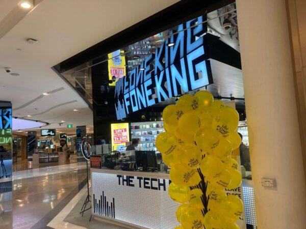 シドニーの携帯電話の修理店FONE KINGで配られる風船の様子