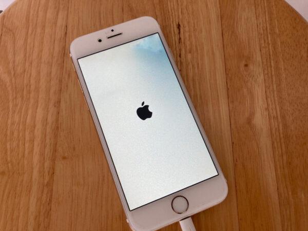 水没後のiPhoneのアップルマーク